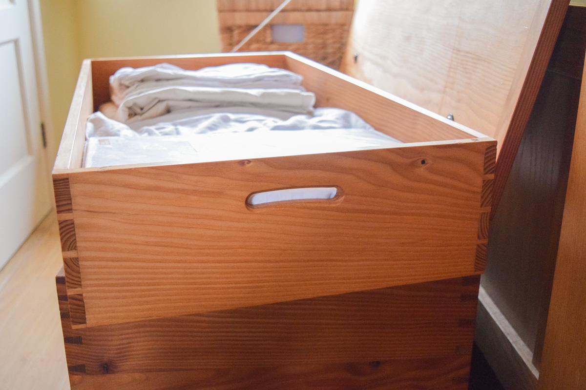 Tray in the blanket chest