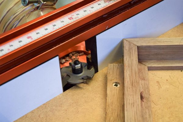 Slot cutting jig on the router table